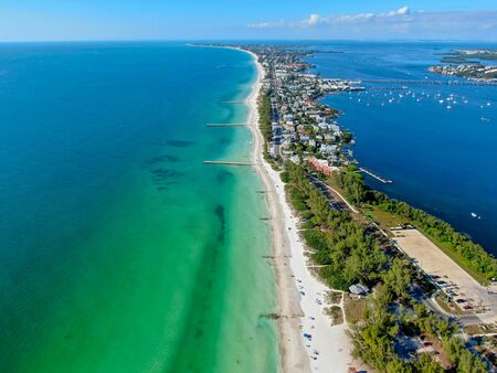 Aerial view of Coquina Beach with white sand beach and the main road, Anna Maria Island, Florida. USA 스톡 콘텐츠
