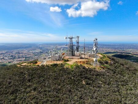 Vue aérienne des antennes de télécommunication au sommet de Mountain, SD, California, USA. Antenne de télévision, radio et communication avec de nombreux émetteurs, Technologie.
