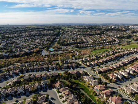 Luftaufnahme des Viertels der oberen Mittelklasse mit identischen Wohnunterteilungshäusern während des sonnigen Tages in Chula Vista, Kalifornien, USA. Standard-Bild