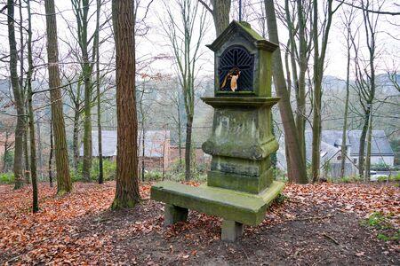 Tipico edicola cristiana antica in un piccolo bosco di campagna in Belgio.