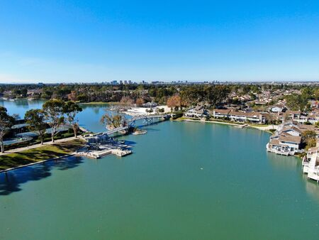 Aerial view of North Lake surrounded by residential neighborhood during blue sky day in Irvine, Orange County, USA 免版税图像 - 137405199
