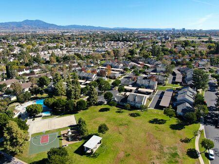 Vista aérea del barrio residencial de casas llenas de suburbios durante el día del cielo azul en Irvine, Condado de Orange, EE.