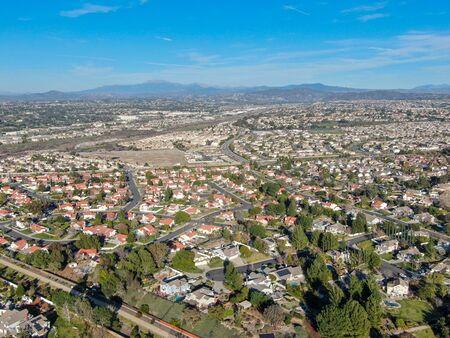 Vista aérea de la ciudad residencial durante el día soleado azul en Temecula, California, Estados Unidos. Foto de archivo
