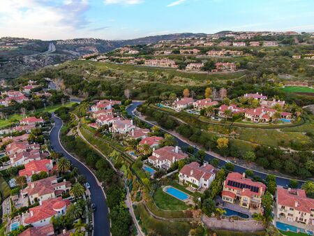 Crystal Cove neighborhood community in the Newport coast before sunset. Luxury big villa with pool on the cove. Banque d'images