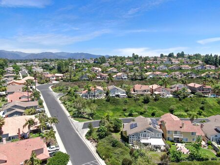 Aerial view of master-planned private communities, large-scale weatlhy residential neighborhood, big villa with swimming pool, Mission Viejo, California, USA 免版税图像