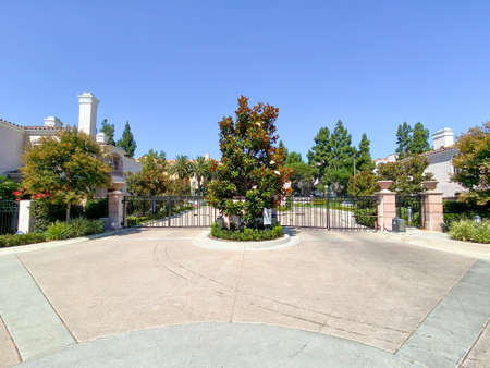 Entrance gate of private community compound with townhouses in La Jolla, San Diego, South California, USA. July 30th 2020 Stockfoto