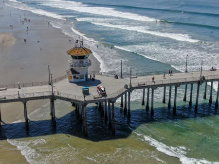 Huntington Pier with lifeguard tower for surfer. Southeast of Los Angeles. California, USA. Travel destination in the South West Coast. Famous beach for surfer. Foto de archivo