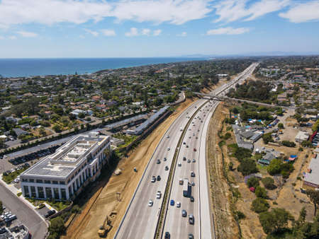 Aerial view of highway transportation with small traffic, highway interchange and junction, San Diego Freeway interstate 5, California Archivio Fotografico