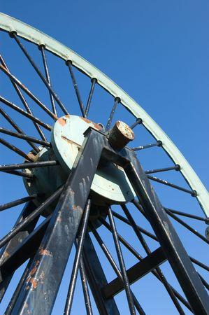 pulley: Polea de la rueda de una mina de carb�n en contra el cielo azul