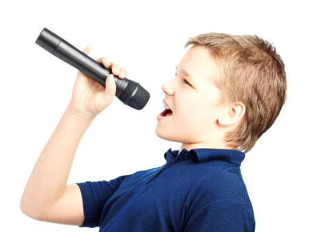 cantando: Muchacho que canta en un micrófono. Muy emocionante. Foto de archivo