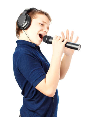 ni�o cantando: Muchacho que canta en un micr�fono. Muy emocionante. Foto de archivo