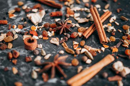 Collection of spices for mulled wine and pastry on the wooden table Imagens