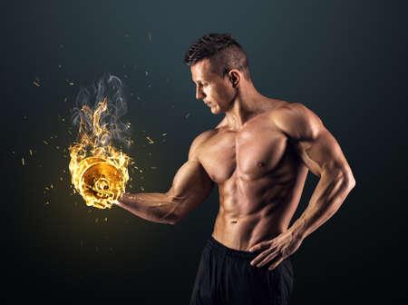 bel homme: Puissance bel homme athlétique bodybuilder faire des exercices avec des haltères. Corps musclé de remise en forme sur un fond sombre.