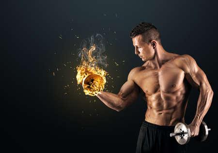 cuerpo hombre: Poder guapo hombre atlético culturista haciendo ejercicios con mancuernas. Musculoso cuerpo fitness en el fondo oscuro.