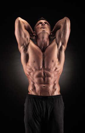 스튜디오의 섹시한 근육질 남자가 다양한 움직임을 보여줍니다.