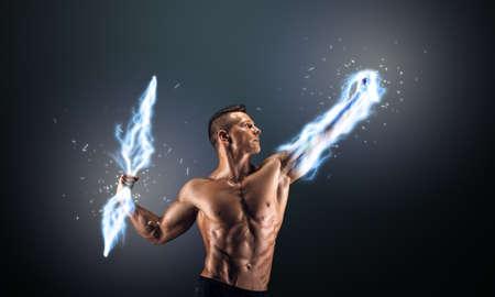 Muskulös Kerl auf dunklem Hintergrund steuert Blitz Lizenzfreie Bilder