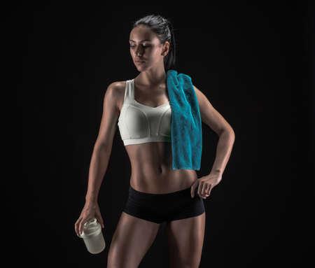muscle training: Junge Fitness Frau zeigt ihre perfekte Skulpturen muskulös und straffen Körper