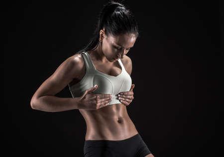 Junge Fitness Frau zeigt ihre perfekte Skulpturen muskulös und straffen Körper