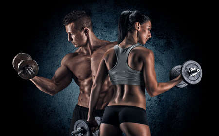pesas: El hombre y la mujer aislada sobre un fondo oscuro