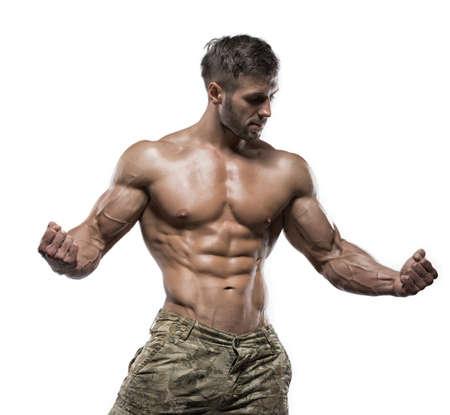 흰색 배경에 스튜디오에서 포즈 젊은 잘 생긴 근육 남자 보디