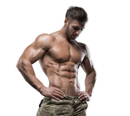 Junge gut aussehend muskulösen Mann Bodybuilder auf einem weißen Hintergrund im Studio aufwirft