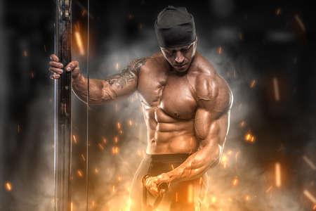Trains d'athlètes en colère Big dans la salle de gym Banque d'images - 63466826