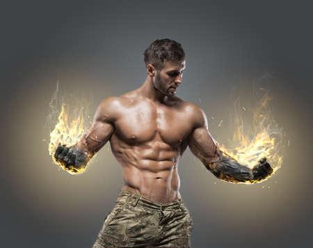 Knappe macht athletic man bodybuilder. Fitness gespierd lichaam op een donkere achtergrond.