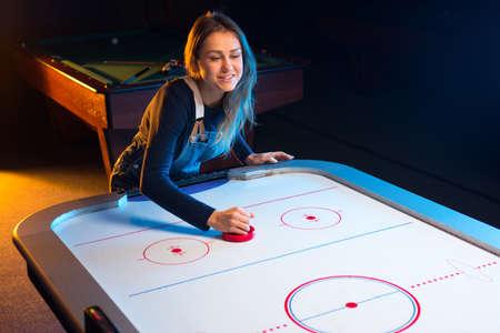 Ein Spiel der Air-Hockey in der Spielhalle Lizenzfreie Bilder