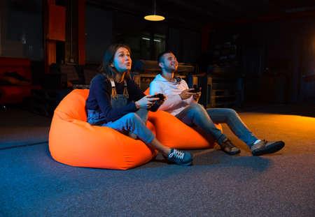 소파에 앉아있는 동안 비디오 게임을 재생