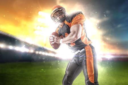 Giocatore di football americano allo stadio in abito nero e arancione.