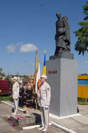 unknown: Ostroh, Ukraine - May 9, 2016: Ceremonial guard near the Unknown Soldier monument in the Victory Day.