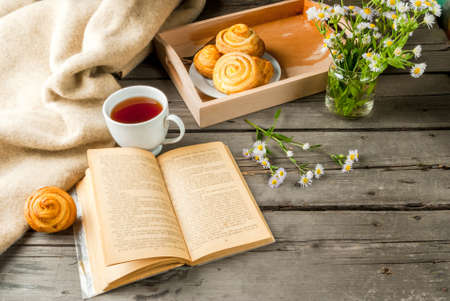 cosiness: Cozy breakfast in spring or early autumn tea, freshly baked scones and bouquet of fields daisy. Notepad for taking notes, to do lists or plans for the day. Copy space Stock Photo