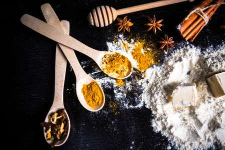 ジンジャー ビスケット、クリスマスのベーキング、感謝祭の日にベーキングのための原料: ジンジャー、シナモン、カルダモン、柑橘類の皮、アニ