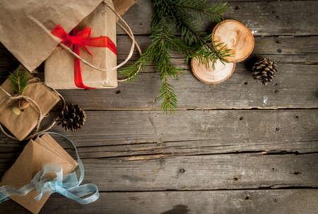소박한 나무 테이블, 크리스마스, 원뿔, 분기 및 크리스마스 장식 테이블 선물 포장. 상위 뷰, 복사본 공간