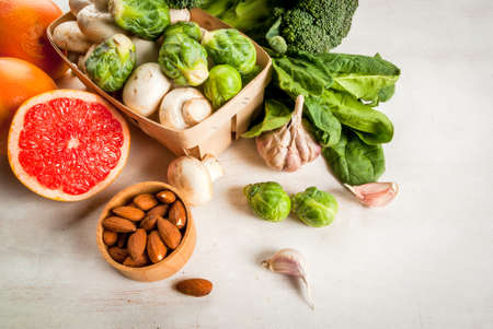 inmunidad: Selection of products to enhance the health and immunity: broccoli, mushrooms, mushrooms, Brussels sprouts, spinach, garlic, almonds and grapefruit, copy space, top view