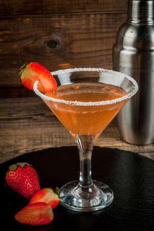 알콜 칵테일 - 딸기 마티니, 마가리타. 나무 테이블에 검은 슬레이트에 쉐이 커가있는 딸기 장식, 세로 복사