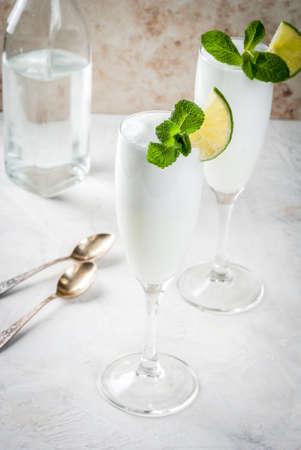 イタリア夏のアイス クリーム、ウォッカやワインからアルコールのカクテル Sgroppino -。ガラスの 2 つのサービング。光の背景。コピー スペース 写真素材 - 77032203