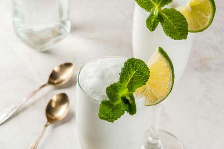 イタリア夏のアイス クリーム、ウォッカやワインからアルコールのカクテル Sgroppino -。ガラスの 2 つのサービング。光の背景。コピー スペース 写真素材