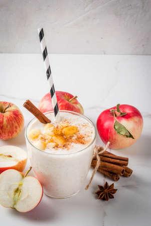 건강한 완전 채식주의 자 음식. 규정 식 아침 식사 또는 간단한 식사. 사과 파이, 스무디, 사과, 요구르트, 계피, 향신료, 호두. 흰색 대리석 테이블에 유 스톡 콘텐츠