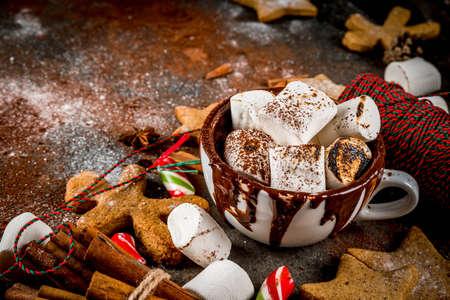 Nieuwjaar, kerstfeestjes, snoepjes. Kopje warme chocolade met gefrituurde marshmallow, Gembersterkoekjes, Peperkoekmannen, Gestreepte Snoep, Kruiden Kaneel Anijs, Cacao, Poedersuiker. Kopieer de ruimte