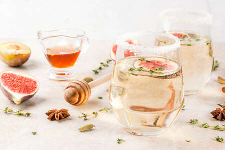 Caduta fredda cocktail di vino bianco con fico, prugna, miele e timo, copia spazio Archivio Fotografico