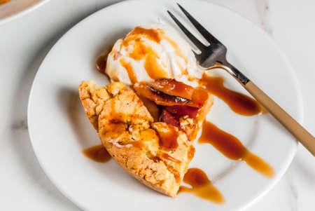 Tradizionale cottura in autunno, ricette per il ringraziamento, torta di galette di mele bianche in casa con mele biologiche e cannella, tavola di marmo bianco, copia spazio Archivio Fotografico