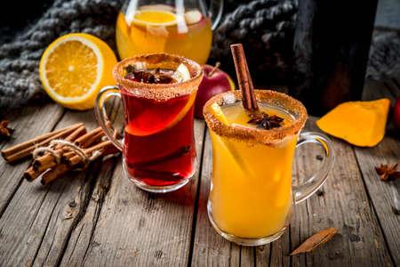 Bevande tradizionali e bevande invernali e cocktail. Sangria piccante caldo e rosso autunnale con anice, cannella, mela, arancia, vino. In tazze di vetro, vecchio tavolo in legno rustico. Spazio di copia selettiva di copia