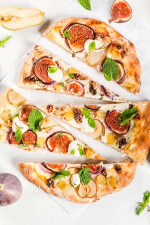 Herfstbakken recepten. Zoete taartpizza of fruitfocaccia met vijgen, peren, druiven, roomkaas, walnoten en munt. Met witte wijnglas, op witte marmeren achtergrond, kopieer bovenaanzicht van de ruimte