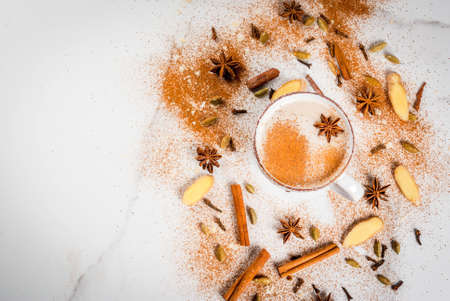 향신료 - 계 피, 카 다 몬, 아니 스, 흰색 배경 전통적인 인도 masala 차이 티 차. 상위 뷰 복사 공간