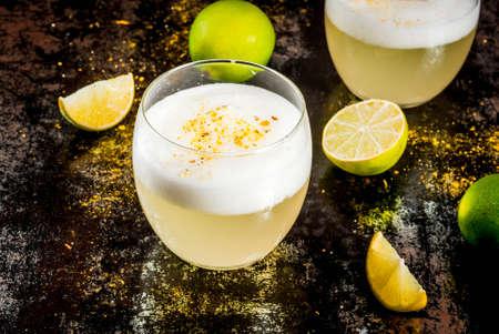 페루, 멕시코, 녹슨 검은 테이블, 복사본 공간에 신선한 라임과 칠레 전통 음료 pisco 새콤는 리큐 어