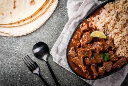 Mexicaanse en Amerikaanse traditionele gerechten. Stoofvlees Met Tomaten, Kruiden, Peper - Chili Colorado. Stockfoto