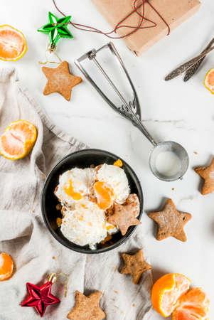 Glace d'hiver au pain d'épice et aux mandarines, sur fond de marbre blanc, vue de dessus de l'espace de copie Banque d'images - 90799105