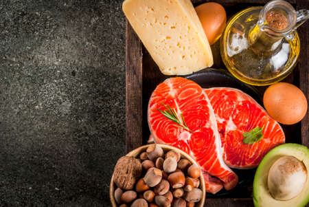 健康的なオーガニック食品。健康的な脂肪を持つ製品.オメガ3 オメガ6材料と製品:マス(サーモン)、オリーブオイル、アボカド、ナッツ、チー