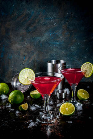 Red cosmopolitan cocktail with lime in martini glass, on dark rusty background copy space Фото со стока - 91497303